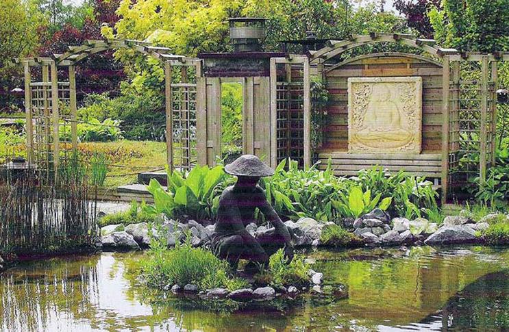 Статуя в пруду